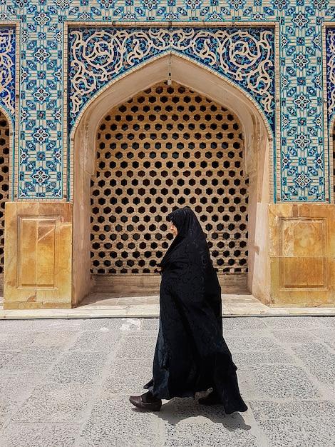 Kobieta Ubrana W Czarny Hiqab W Drzwiach Muzułmańskiego Meczetu W Iranie Premium Zdjęcia