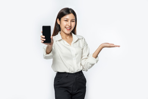 Kobieta Ubrana W Koszulę I Trzymająca Smartfon Darmowe Zdjęcia