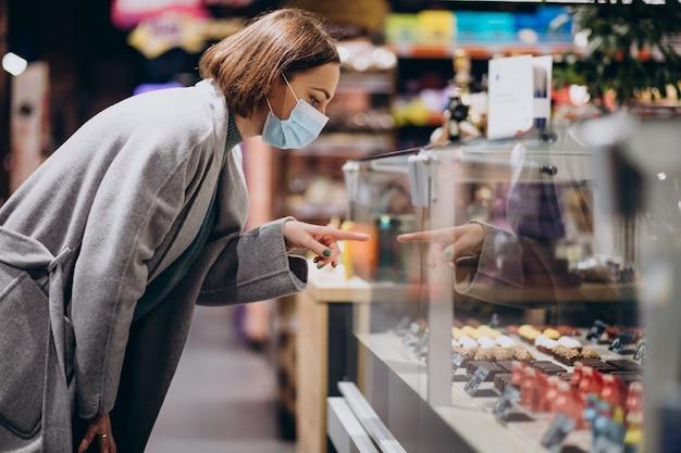 Kobieta Ubrana W Maskę I Zakupy W Sklepie Spożywczym Darmowe Zdjęcia