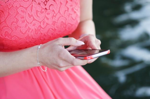 Kobieta Ubrana W Sukienkę I Trzymając Smartfon Darmowe Zdjęcia