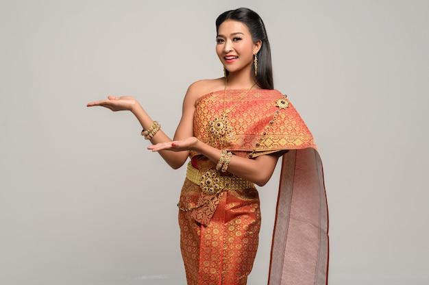 Kobieta ubrana w tajski strój, który zrobił symbol dłoni Darmowe Zdjęcia