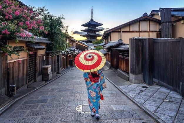 Kobieta Ubrana W Tradycyjne Japońskie Kimono Z Parasolem W Yasaka Pagoda I Sannen Zaka Street W Kioto, Japonia. Darmowe Zdjęcia