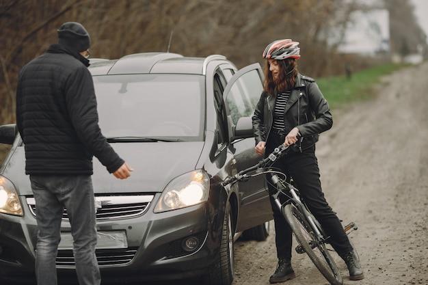Kobieta Uderzyła W Samochód. Dziewczyna W Kasku. Ludzie Kłócą Się O Wypadek. Darmowe Zdjęcia