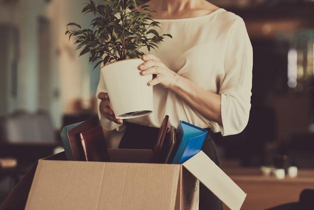 Kobieta układa rzeczy w miejscu pracy. Premium Zdjęcia