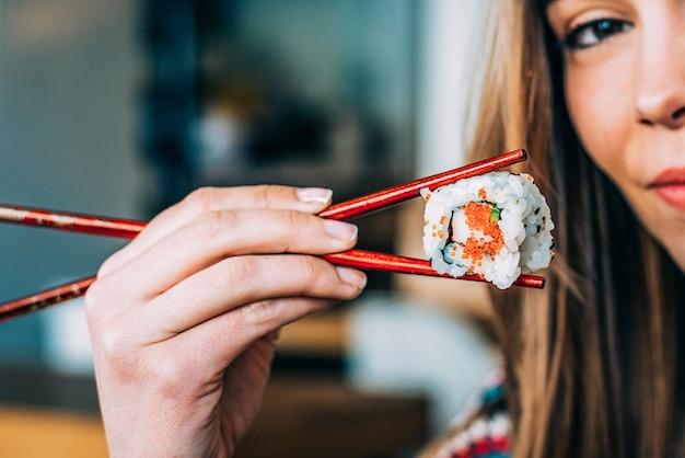 Kobieta Upraw Jedzenia Jedzenia Sushi Premium Zdjęcia