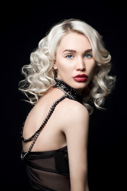 Kobieta Uroda Moda Z Biżuterią Na Rękach, Falowane Włosy. Premium Zdjęcia