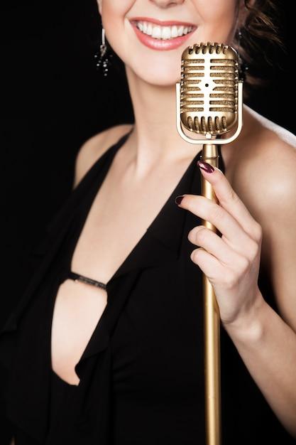Kobieta Uśmiecha Się Z Mikrofonem Darmowe Zdjęcia