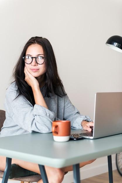 Kobieta używa komputerowego laptop Premium Zdjęcia