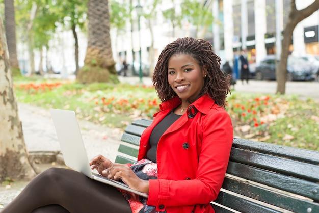 Kobieta Używa Laptop I Ono Uśmiecha Się Darmowe Zdjęcia