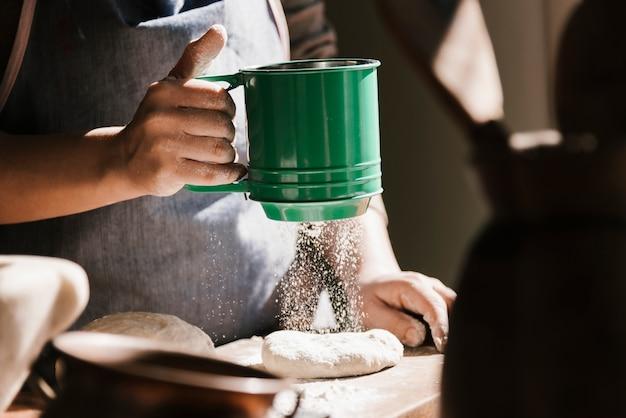 Kobieta Używa Zielonego Mąki Sito Darmowe Zdjęcia