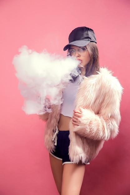 Kobieta Vaping Na Różowo Premium Zdjęcia