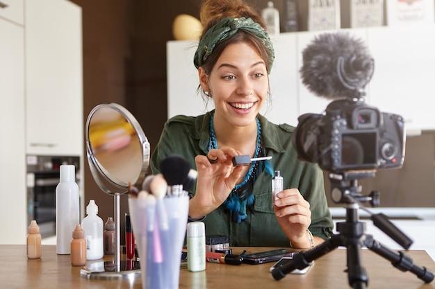 Kobieta Vlogger Kręci Wideo Makijażu Darmowe Zdjęcia