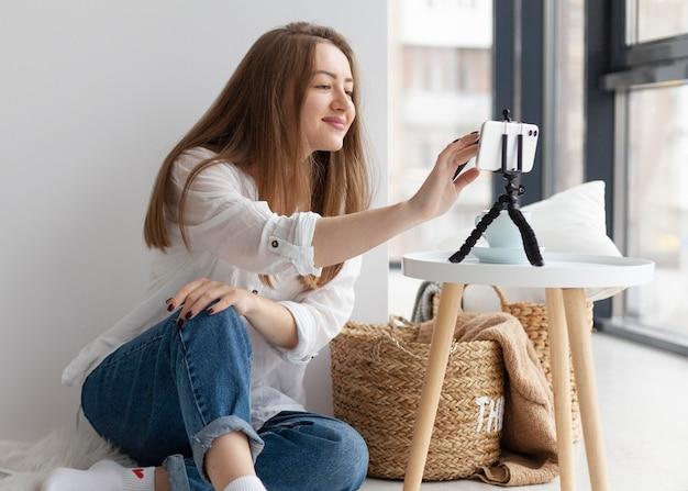 Kobieta Vlogowanie Z Jej Telefonem Darmowe Zdjęcia