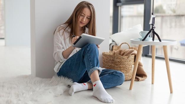 Kobieta Vlogowanie Z Telefonem W Pomieszczeniu Podczas Pracy Na Tablecie Darmowe Zdjęcia