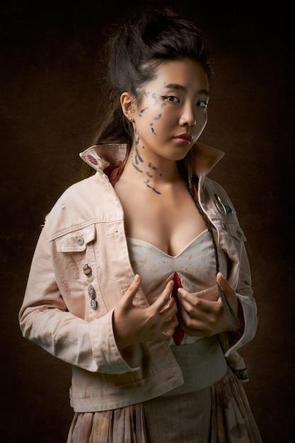 Kobieta W Beżowy Płaszcz Pozowanie Darmowe Zdjęcia