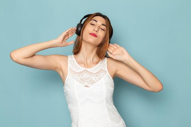 Kobieta W Białej Bluzce I Niebieskich Dżinsach Słuchając Muzyki Darmowe Zdjęcia
