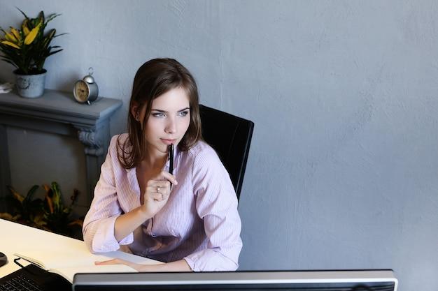 Kobieta W Biurze Darmowe Zdjęcia