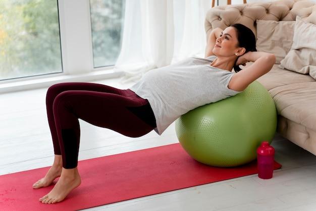 Kobieta W Ciąży ćwiczenia Na Piłce Fitness Darmowe Zdjęcia