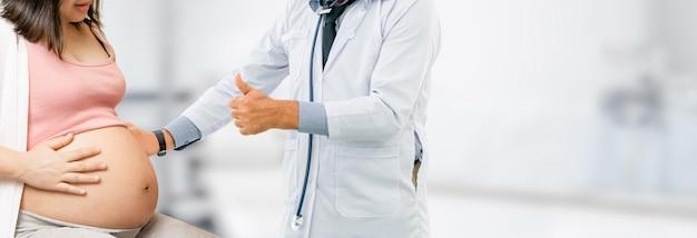 Kobieta w ciąży i lekarz ginekolog w szpitalu Premium Zdjęcia