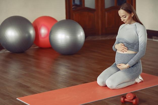 Kobieta W Ciąży Trenuje W Gym Darmowe Zdjęcia