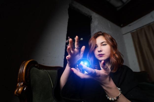 Kobieta W Czarnym Garniturze Gospodarstwa Kryształowej Kuli Darmowe Zdjęcia