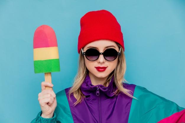 Kobieta W Czerwonym Kapeluszu, Okulary Przeciwsłoneczne I Kostium Z Lat 90. Z Lodami Zabawkowymi Premium Zdjęcia