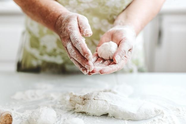 Kobieta W Domu Wyrabiania Ciasta Do Gotowania Makaronu Pizzy Lub Chleba. Koncepcja Domu Gotowania. Styl życia Darmowe Zdjęcia