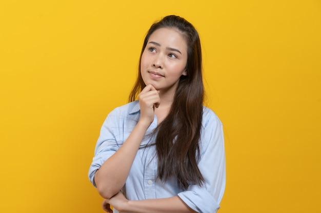 Kobieta W Dorywczo Sukienka Myślenia I Wyobraźni Premium Zdjęcia