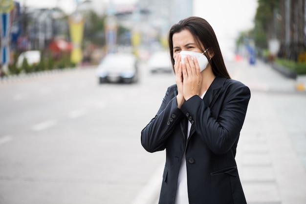 Kobieta W Garniturze Noszenie Maski Ochronne Premium Zdjęcia