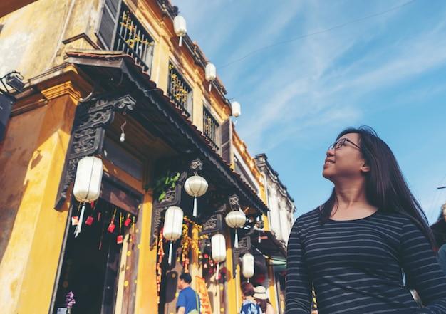 Kobieta W Hoi Starożytne Miasto Premium Zdjęcia