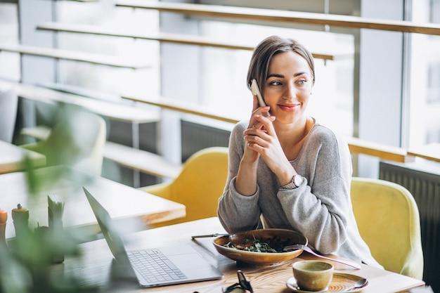 Kobieta w kawiarni po obiedzie i rozmawia przez telefon Darmowe Zdjęcia