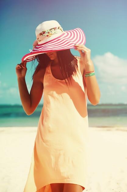 Kobieta W Kolorowej Sukience Na Plaży Darmowe Zdjęcia
