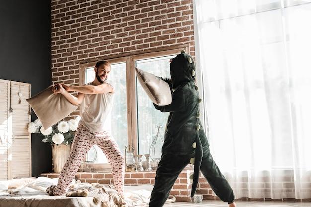 Kobieta W Kostiumowej Poduszce Walczy Z Jej Mężem W Domu Darmowe Zdjęcia