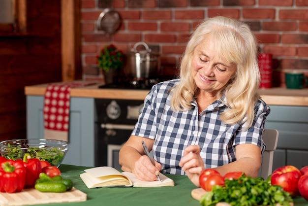 Kobieta w kuchni przepis na piśmie Darmowe Zdjęcia