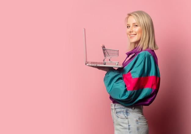Kobieta W Latach 90. Ubrania Z Laptopem I Wózkiem Premium Zdjęcia