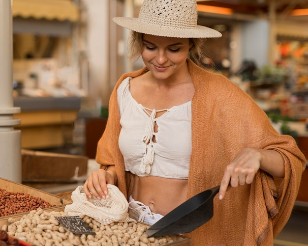 Kobieta W Letnie Ubrania, Biorąc Suszoną żywność Na Rynku Darmowe Zdjęcia