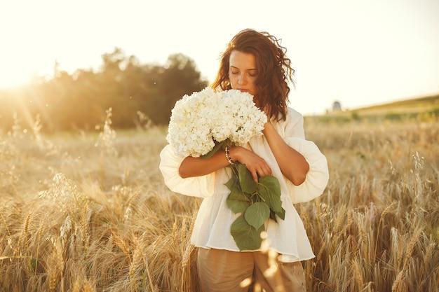 Kobieta W Letnim Polu. Brunetka W Białej Koszuli. Darmowe Zdjęcia