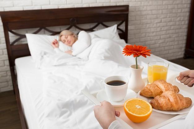 Kobieta W łóżku Zaskoczona Kwiatami I śniadaniem Darmowe Zdjęcia
