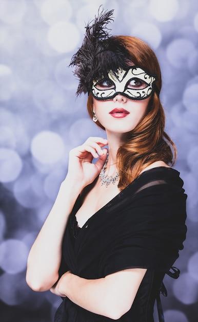 Kobieta W Masce I Czarnej Sukni Na Szaro Z Bokeh Premium Zdjęcia