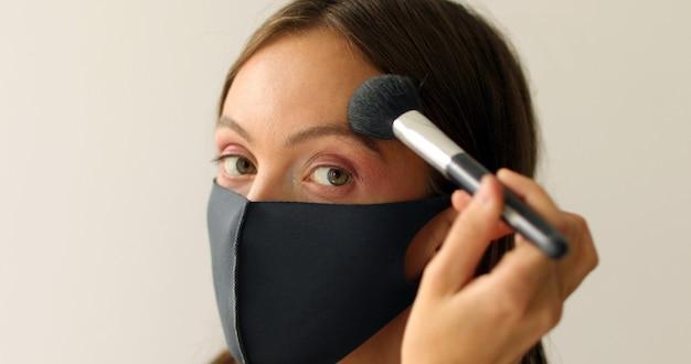 Kobieta W Masce Ochronnej Uzupełnia Premium Zdjęcia