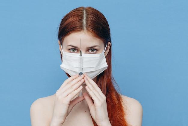 Kobieta W Masce Ochronnej Ze Strzykawki Premium Zdjęcia