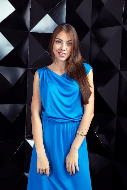 Kobieta W Niebieskiej Eleganckiej Sukience Premium Zdjęcia