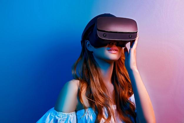 Kobieta W Okularach Wirtualnej Rzeczywistości Premium Zdjęcia