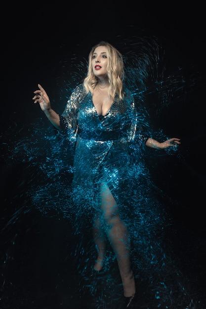 Kobieta w otoczeniu efektu mieszanki świateł. pełna długość. Premium Zdjęcia