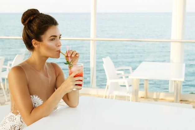Kobieta W Pięknej Sukni Ze Szklanką Koktajlu Premium Zdjęcia