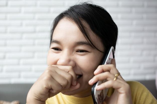 Kobieta W Rozmowie Przy Użyciu Telefonu Komórkowego Podczas śmiechu. Młoda Wesoła Dama Zabawy Podczas Rozmowy śmieszne Rozmowy. Premium Zdjęcia