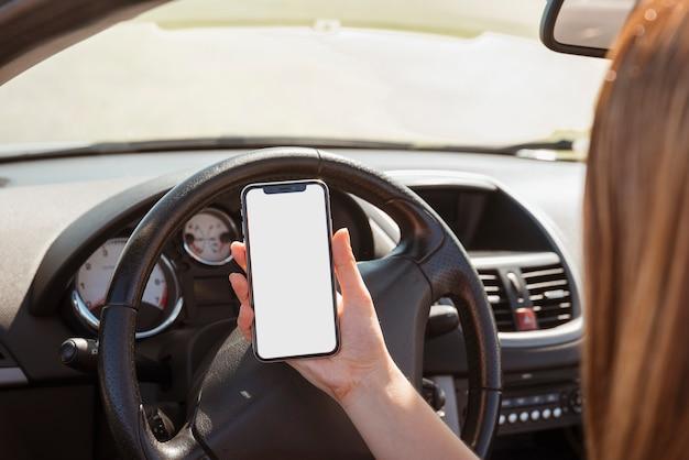 Kobieta W Samochodowym Patrzeje Smartphone Szablonie Darmowe Zdjęcia