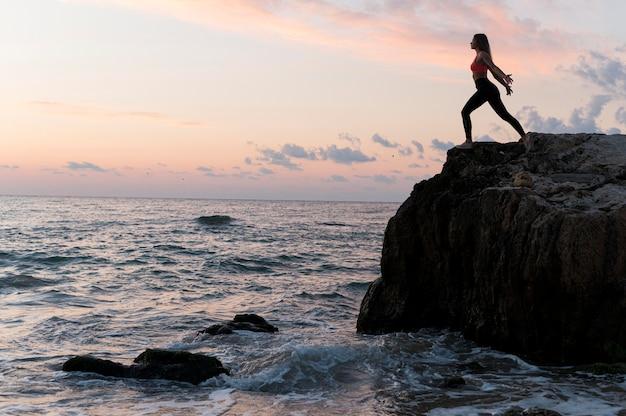 Kobieta W Sportowej Stojącej Na Wybrzeżu Z Miejsca Na Kopię Darmowe Zdjęcia