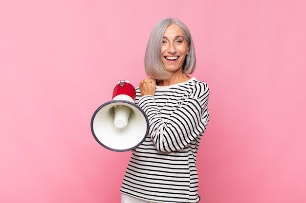 Kobieta W średnim Wieku Czuje Się Szczęśliwa, Pozytywna I Odnosząca Sukcesy Premium Zdjęcia