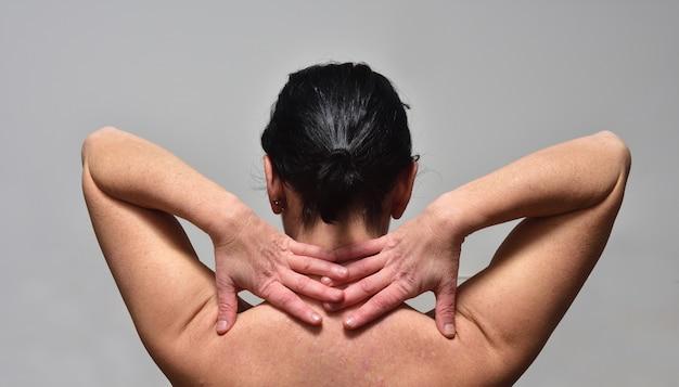 Kobieta W średnim Wieku Z Bólem Barku Premium Zdjęcia
